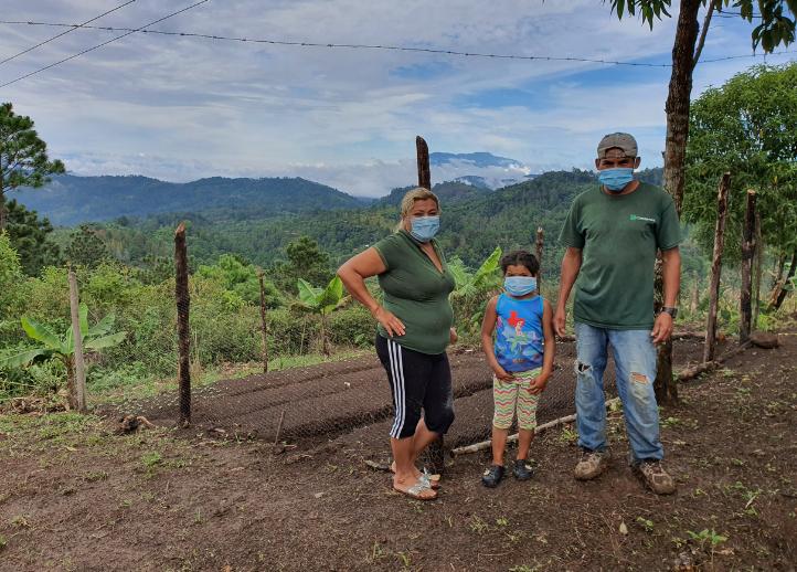 Famille à Jesus de Otoro, au Honduras, devant leur potager alimentaire